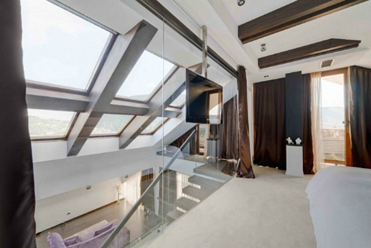 modern-loft-with-glass-walls-and-floor-11